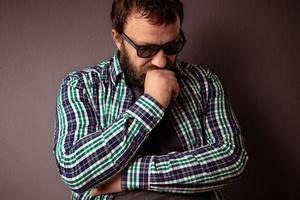 bel homme barbu hipster avec des lunettes de soleil et une chemise photo