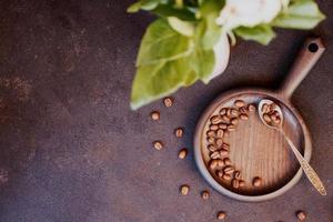 grains de café torréfiés sur fond sombre photo