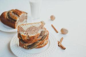 pain aux bananes maison à la cannelle et aux noix. photo