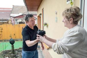 femmes saluant les hommes à la porte avec achat de gadget électronique avec commande en ligne photo