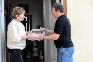 femmes saluant les hommes à la porte avec achat d'accessoires vestimentaires photo