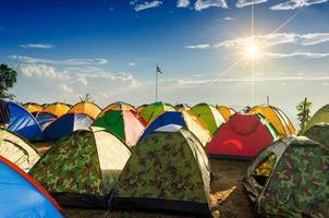 camp et tente par temps froid sur la montagne au lever du soleil dans le district de nakhon si thammarat chawang en thaïlande. il centre tente montagne thaïlande photo