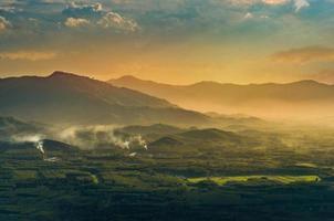 photo de montagne soleil du matin thaïlande vue sur le sommet de la colline avec de beaux couchers de soleil. district de nakhon si thammarat chawang