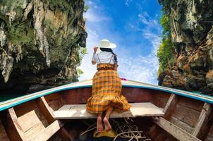 les femmes de koh kai sont heureuses sur le bateau en bois krabi thaïlande photo