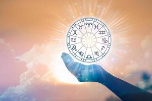 signes du zodiaque à l'intérieur du cercle de l'horoscope. astrologie dans le ciel avec de nombreuses étoiles et lunes concept d'astrologie et d'horoscopes photo