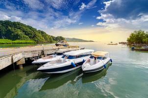 Voyage vitesse bateau port thaïlande emplacement d'expédition bateau touristique à l'île en thaïlande dans les jours bleu vif photo