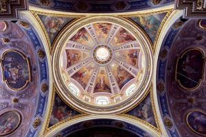 vue intérieure du bas de la st. dôme de la cathédrale ambrogio photo