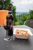 une bouteille de vin rouge, avec des verres, pour la dégustation photo