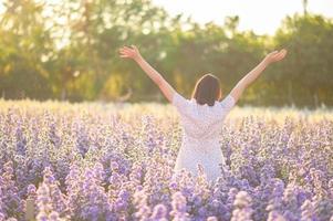 liberté et bonne santé une fille étirant ses bras au soleil parmi les papillons photo