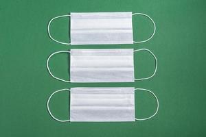 masque chirurgical sur fond vert minimaliste photo