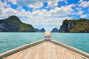 bateau traditionnel en bois dans la mer d'andaman autour des îles thaïlande, asie. photo