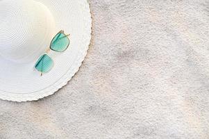 chapeaux et lunettes sont situés sur les plages de la mer bleue par temps clair photo