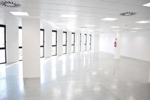 intérieur de bureau vide ouvert blanc avec de nombreuses fenêtres, espace de bureau clair photo