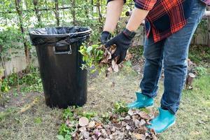 une femme asiatique nettoie et collecte des poubelles sèches laisse des ordures dans le parc, recycle, protection de l'environnement. équipe avec projet de recyclage à l'extérieur. photo