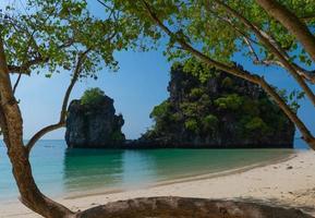 beau paysage de plage blanche et mer bleue de koh hong, krabi, thaïlande en été photo