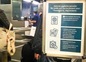 vilnius, lituanie, 16 mai 2021 - touriste en attente à un poste de contrôle dans un aéroport photo
