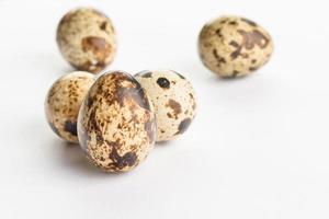 oeufs de caille sur fond blanc. produit biologique. photo