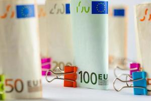 plusieurs centaines de billets en euros. billets en euros empilés au hasard. monnaie en euros. billets empilés les uns sur les autres dans des positions différentes. photo
