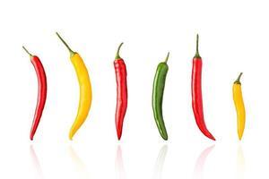 piments, piments, rouge, vert et jaune, isolés sur fond blanc avec ombre portée. photo