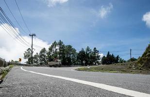 route asphaltée avec le camion monte la colline. photo