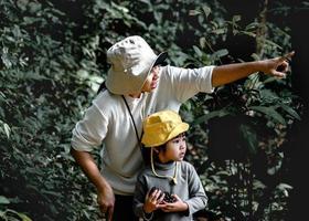heureuse mère et petite fille profitant de la nature dans les bois lors d'une randonnée pendant les vacances. activités d'aventure pour le concept familial. photo