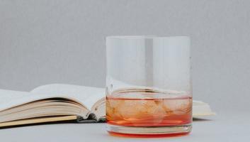 whisky et livre, lecture dans un environnement chaleureux avec un bon verre photo