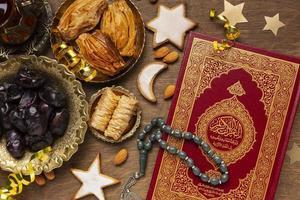 décoration islamique du nouvel an avec cuisine traditionnelle et coran photo