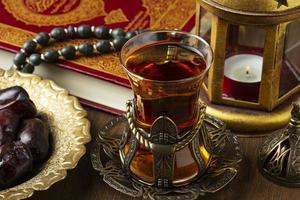 décoration islamique du nouvel an avec des perles de prière et du thé photo
