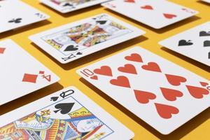 cartes de casino sur fond jaune photo