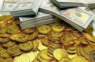 empiler la pièce d'or et le billet d'argent 100 usd photo