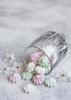 petites meringues blanches, roses et vertes dans le verre photo