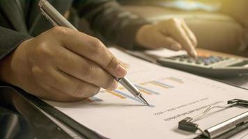 les hommes d'affaires examinant les rapports, les documents financiers pour l'analyse des informations financières, le concept de travail. photo