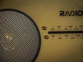 une vieille radio portable. photo