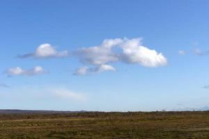 paysage avec ciel bleu et nuage blanc sur le terrain photo