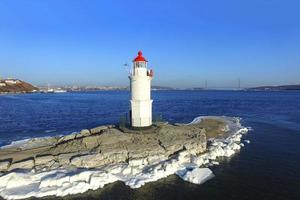 vue aérienne surplombant le paysage marin et le phare de tokarev. photo