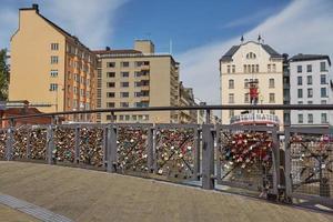 Lovelocks attaché à un pont d'amour balustrade dans le centre d'Helsinki, Finlande photo