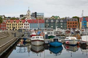 Torshawn, capitale des îles Féroé avec son centre-ville et son port photo
