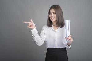 femme d'affaires en chemise blanche sur fond gris photo
