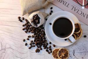 tasse à café sur fond de table et café le matin photo