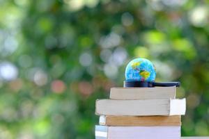 livre sur table en bois et apprentissage de l'éducation dans la bibliothèque, empiler des piles de livres sur la table et l'espace photo