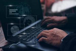 homme d'affaires travaillant sur la gestion des processus d'analyse de données avec des tableaux et graphiques financiers et un tableau de bord marketing automatisé photo