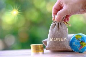 pièce d'argent sur fond de table et concept d'économie d'argent et stratégie de croissance commerciale du concept d'argent photo