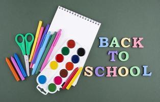 retour à l & # 39; école avec des fournitures scolaires photo
