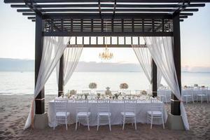 l'élégante table de dîner sur la plage photo