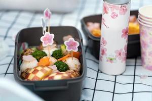 délicieux pique-nique avec des fleurs de cerisier photo