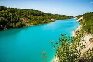 beau paysage de montagne - un lac avec une eau turquoise inhabituelle dans le cratère. carrière de craie en biélorussie. photo