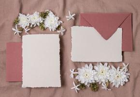 arrangement de mariage vue de dessus avec bague et fleurs d'enveloppe photo