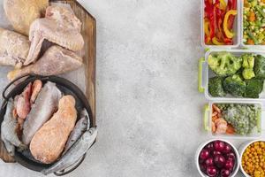 assortiment d'aliments surgelés table.composition table d'aliments surgelés photo