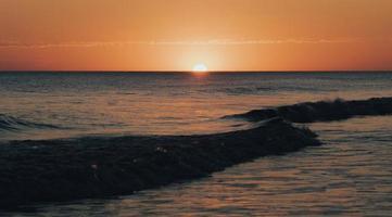 beau lever de soleil sur la plage photo