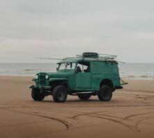 voiture de plage verte vintage photo